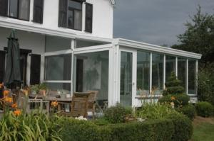 Bij B&F Aluwerken kan je terecht voor de vakkundige plaatsing van duurzame aluminium veranda's, pergola's en carports, maar we plaatsen ook ramen en deuren in aluminium.