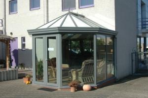 Mooi afgewerkte veranda bij je thuis.